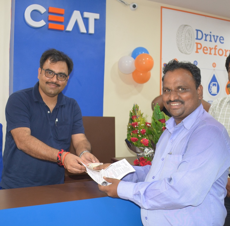 Mr. Vishwanath Tiwari, Zonal Manager, CEAT along with Mr. Jeffery Varghese, Regional Manager, Pune were present during the launch of new CEAT Shoppe in Pune.
