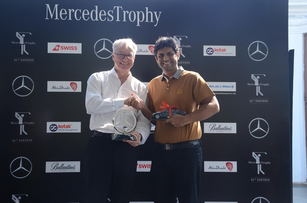 Mr. Roland Folger, Managing Director and CEO, Mercedes Benz India presenting trophy to Mr. Sachin Khanna - Cat A Winner