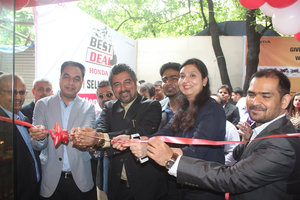 Mr. Yadvinder Singh Guleria, Senior Vice President, Sales & Marketing, Honda Motorcycle & Scooter India Pvt. Ltd iat the ribbon cutting ceremony of  100th Best Deal Outlet in Mumbai