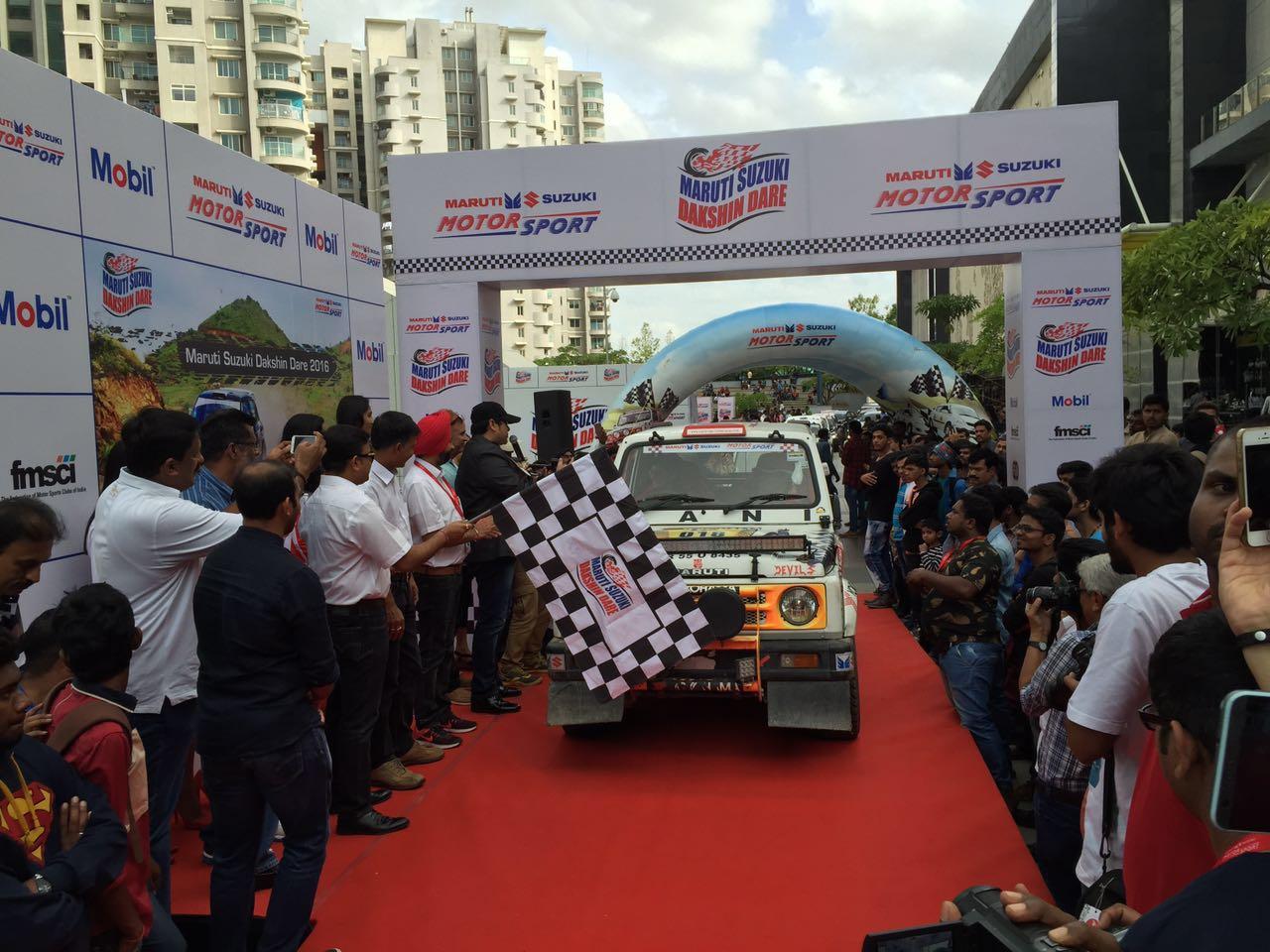 Mr. Ram Suresh Akella, Vice President, Sales, Maruti Suzuki flagging off the 8th edition of Dakshin Dare 2016_1
