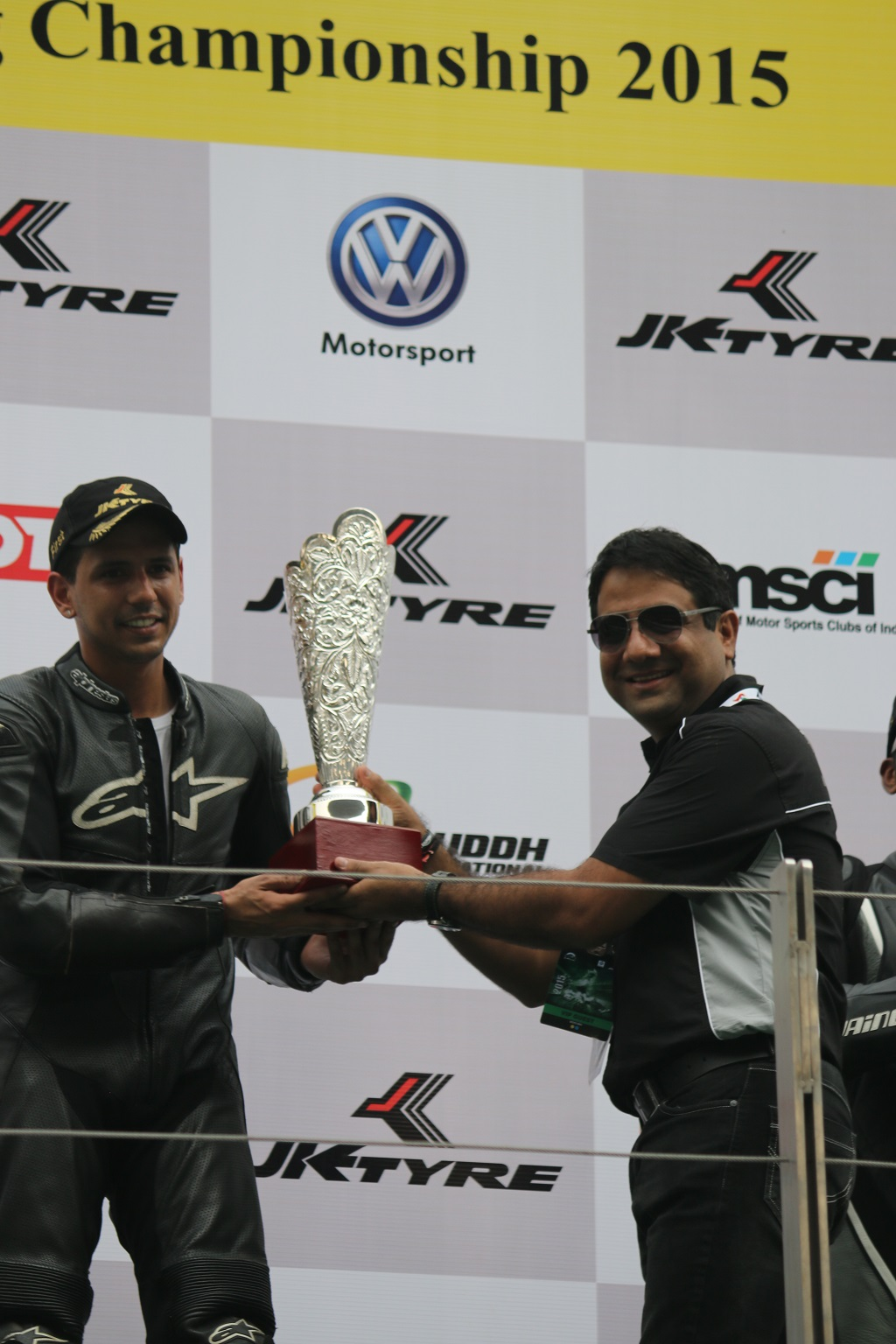 Mr. Vijay Singh receiving the prize from Mr. Vimal Sumbly copy