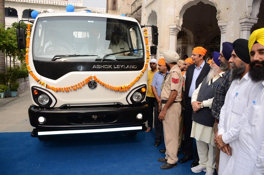 ashok-leyland-presents-the-first-guru-truck-to-shiromani-gurdwara