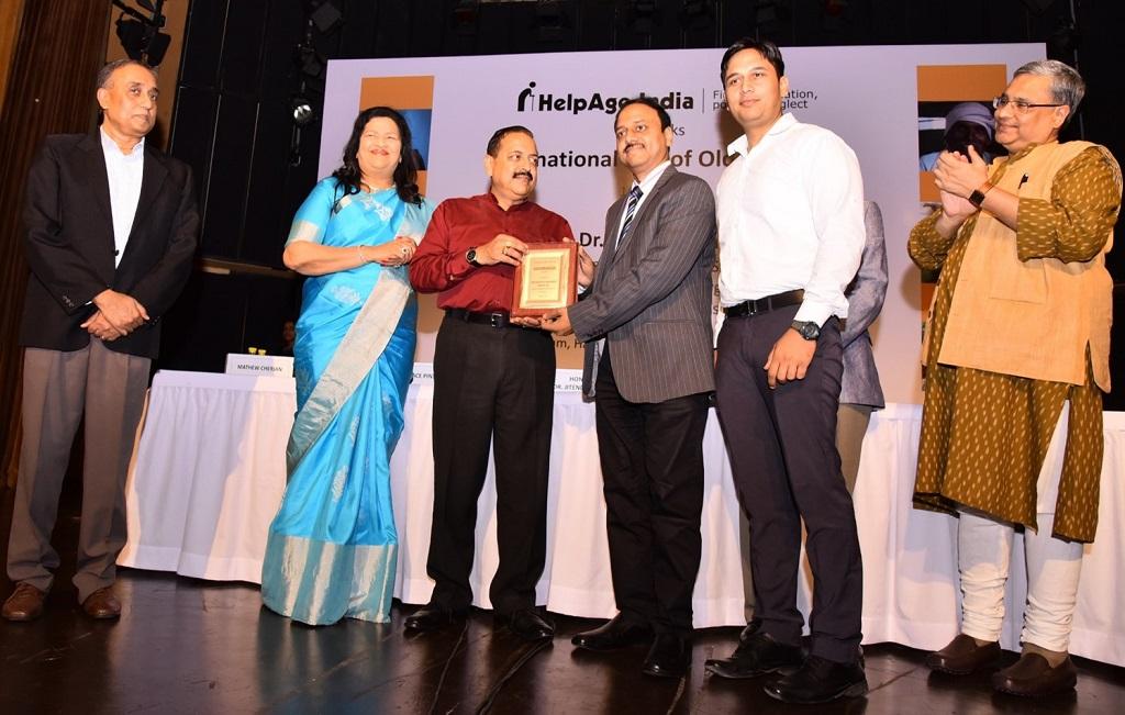 honda-receiving-bronze-plate-award-at-helpage-elder-recognition-elder-support-awards-2016