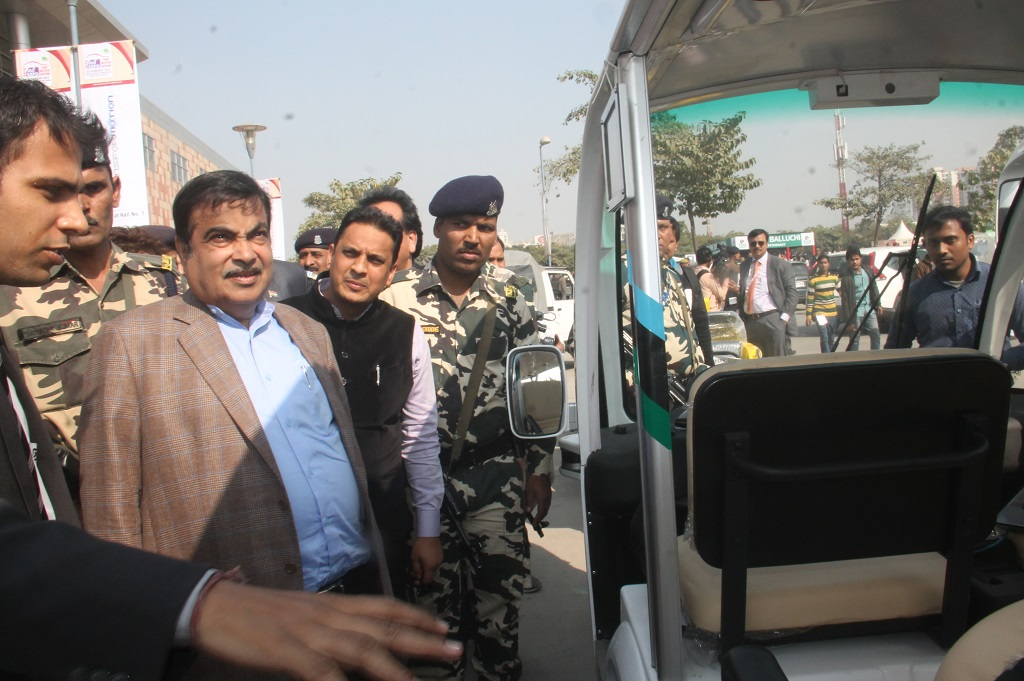 nitin-gadkari-lauds-gurgaons-hi-tech-robotic-systemz-for-its-driverless-vehicle-novus-drive-a-2