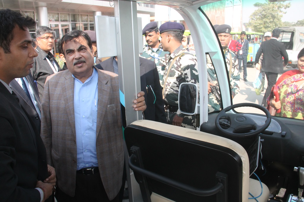 nitin-gadkari-lauds-gurgaons-hi-tech-robotic-systemz-for-its-driverless-vehicle-novus-drive-at-1