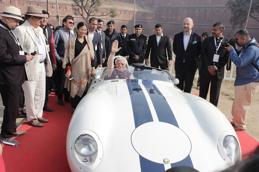 sh-manohar-lal-khattar-cm-haryana-at-21-gun-salute-vintage-car-rally-concours-show-2016-at-red-fort-with-mr-madan-mohan-founder-21-gun-salute