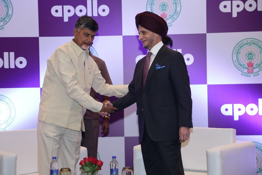 Shri N Chandrababu Naidu, Honourable Chief Minister of Andhra Pradesh and Onkar S Kanwar, Chairman, Apollo Tyres at the MoU signing ceremony