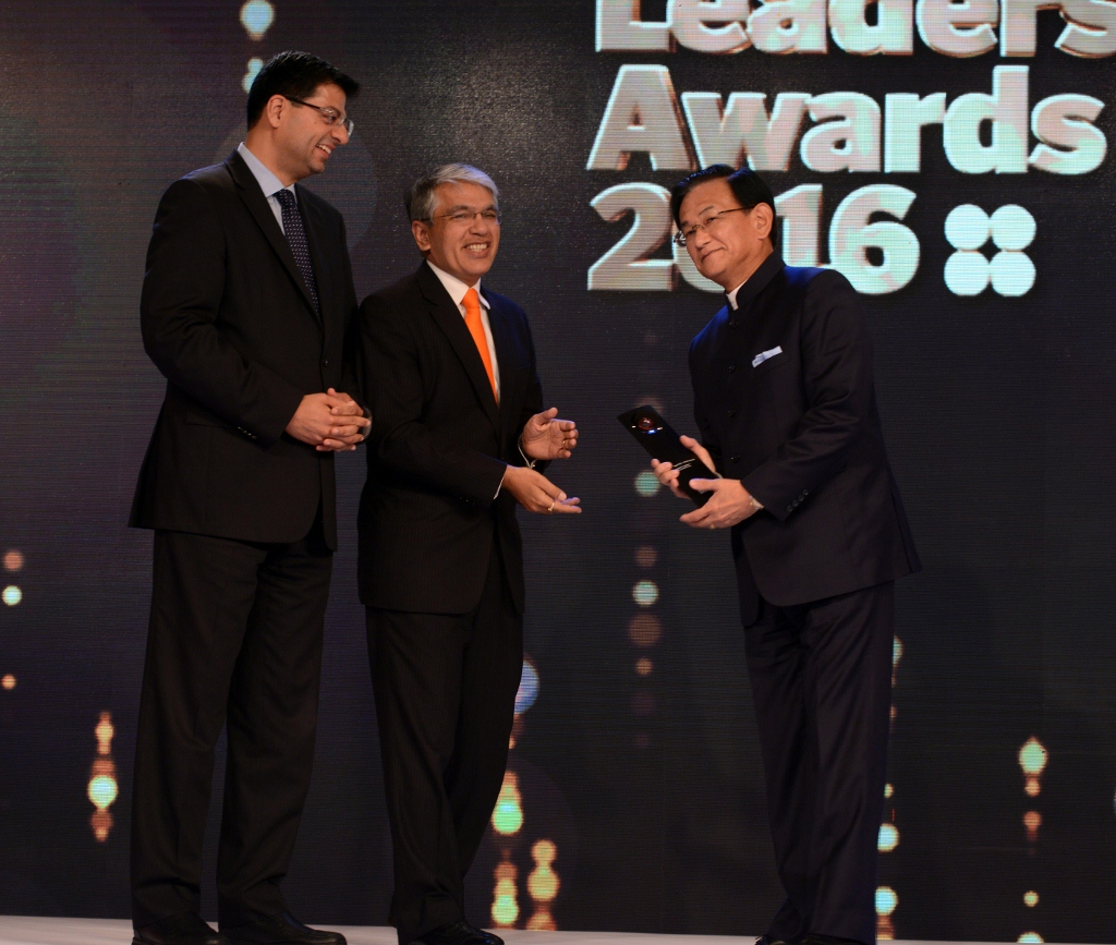 msil-md-k-ayukawa-r-receives-best-ceo-multinational-company-from-noshir-kaka-md-mckinsey-india-l-and-manish-sabharwal-chairman-co-founder-teamlease-centre-at-fila-2016-1024x867