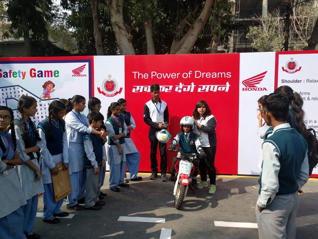 photo-1-honda-crf-50-safe-riding-activity-at-delhi-traffic-police-pavilion-iitf-2016