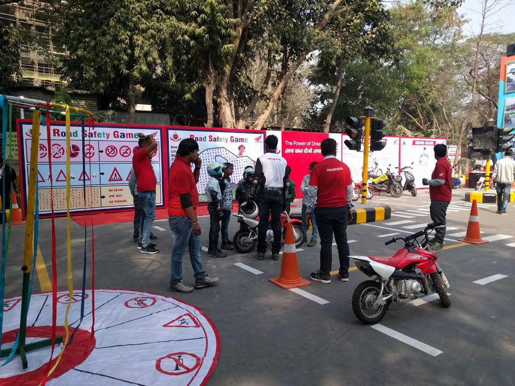 photo-2-honda-in-association-with-delhi-traffic-police-organised-safety-riding-drive-at-iitf-2016