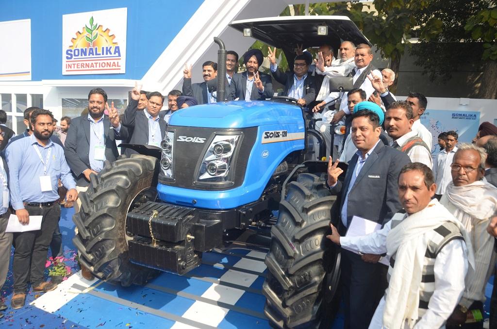 sonalika-officials-launching-solis-120-at-agrotech