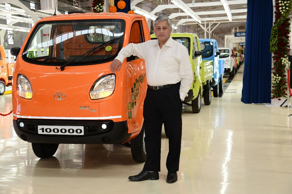 tata-motors-celebrates-the-roll-out-of-100000th-tata-ace-zip-at-the-dharwad-plant-4