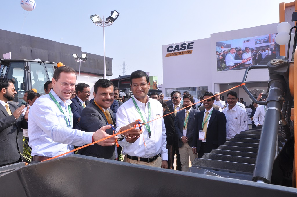 case-launches-new-dozers-and-soil-compactor-at-bauma-conexpo-india-2016-4