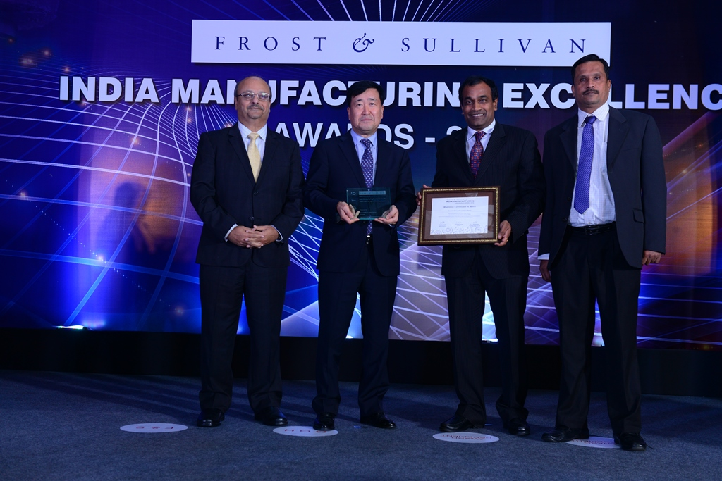 Mr. Aroop Zutshi, Global President and Managing Partner, Frost and Sullivan and Mr. Y K Koo MD & CEO, Hyundai Motor India Limited at the award ceremony.