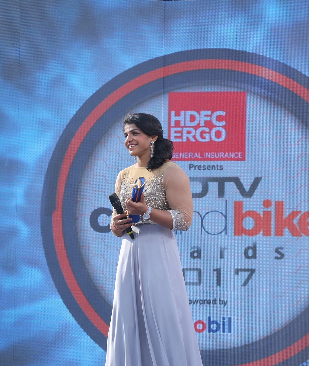 picture-of-sakshi-malik-receiving-the-ambassador-of-the-year-award-at-ndtv-car-and-bike-award-2017
