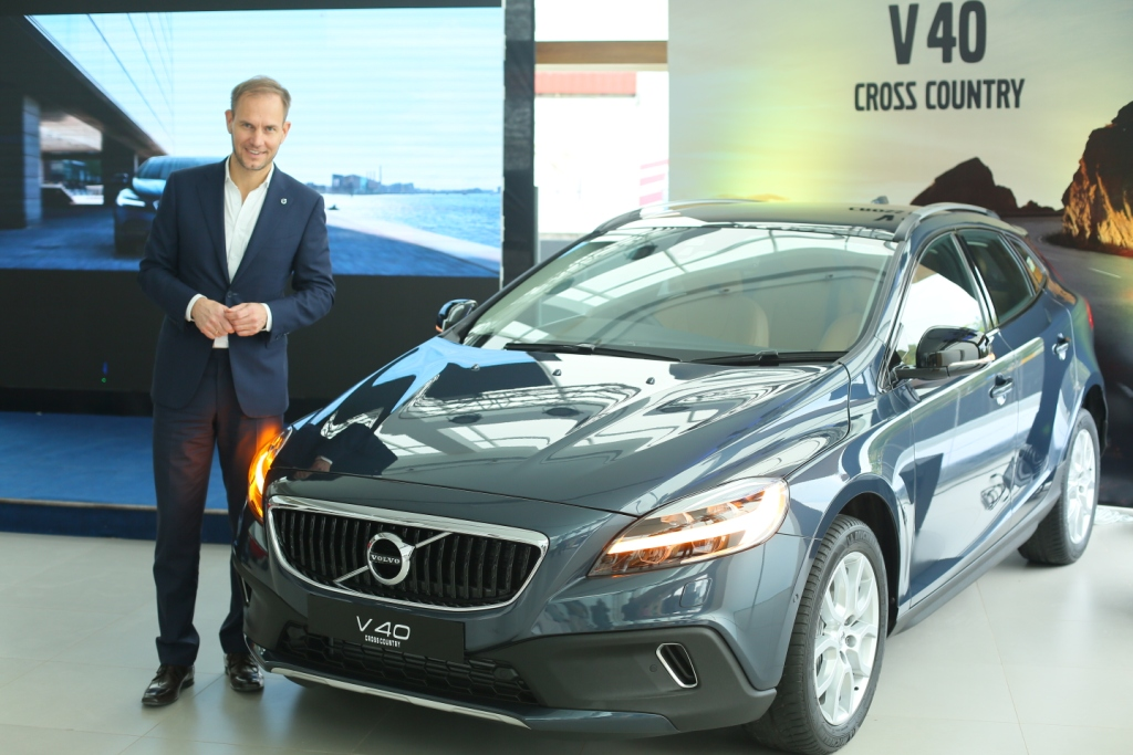 tom-von-bonsdorff-managing-director-volvo-auto-india-unveiling-the-2017-volvo-v40-cross-country-2