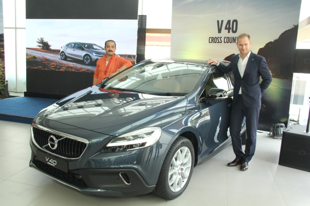 tom-von-bonsdorff-managing-director-volvo-auto-india-unveiling-the-2017-volvo-v40-cross-country