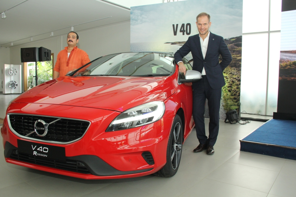 tom-von-bonsdorff-managing-director-volvo-auto-india-unveiling-the-2017-volvo-v40