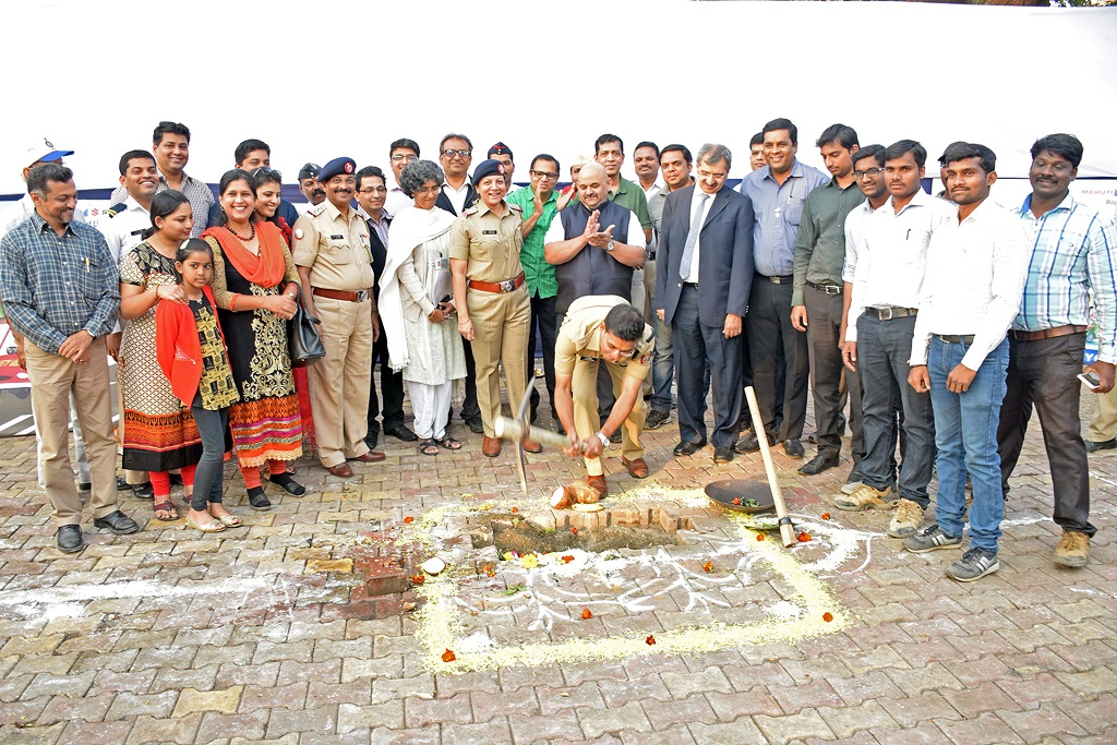 Dr. Pravin Mundhe, Deputy Commissioner of Police – Traffic, Pune performs the ground breaking ceremony during the Bhoomi Pujan for the Centralised Traffic Control Centre as Ms. Kranti Pawar, Assistant Commissioner of Police, Rotarian Unmesh Risbood, Representatives from Volkswagen India and guests grace the occasion