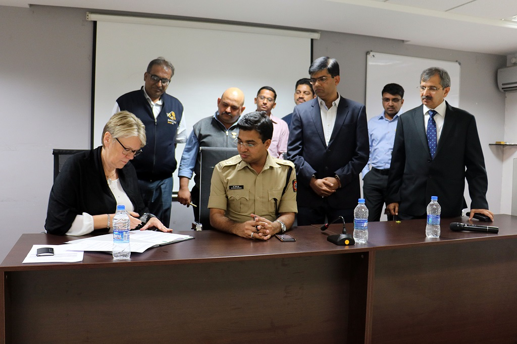 (Left, sitting) Ms. Annette Pech, Executive Director (Finance & ITP) and CFO, Volkswagen India Private Limited and (Right, sitting) Dr. Pravin Mundhe, Deputy Commissioner of Police – Traffic, Pune sign the MoU for setting up the Centralised Traffic Control Centre. (Standing) Rotarians Unmesh Risbood and Satyajit Wale along with (right-most) Mr. Pankaj Gupta, Vice President (External Affairs & CSR), Volkswagen India Private Limited